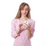 Kvinna som använder app på den smarta telefonen royaltyfri bild