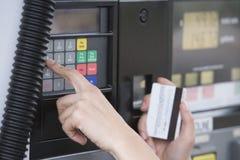 Kvinna som använder ATM Royaltyfria Foton