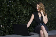 Kvinna som använder bärbar dator Royaltyfria Bilder
