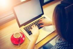 Kvinna som använder bärbara datorn under kaffeavbrott Arkivfoton