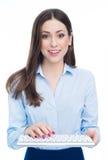 Kvinna som använder datortangentbordet Arkivfoto