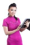 Kvinna som använder den digitala minnestavladatoren Fotografering för Bildbyråer