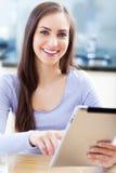 Kvinna som använder den digitala minnestavlan Royaltyfria Bilder