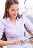 Kvinna som använder den digitala minnestavlan Royaltyfria Foton
