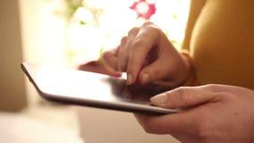 Kvinna som använder den digitala minnestavlan hemmastadd 1080i lager videofilmer