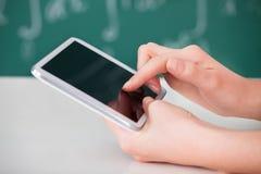 Kvinna som använder den digitala minnestavlan i klassrum Arkivbilder