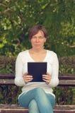 Kvinna som använder den digitala tabletdatoren Arkivfoto