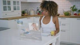 Kvinna som använder den genomskinliga bildskärmen arkivfilmer