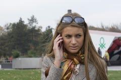 Kvinna som använder den mobila telefonen Royaltyfri Foto