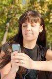 Kvinna som använder den mobila telefonen arkivfoton