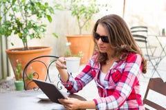 Kvinna som använder den personliga minnestavlan Royaltyfri Foto