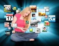 Kvinna som använder den smart telefonen med Apps Royaltyfri Bild