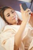 Kvinna som använder den smarta telefonen Arkivbild