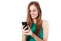 Kvinna som använder den smarta telefonen royaltyfri bild
