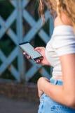 Kvinna som använder den smarta telefonen Arkivbilder