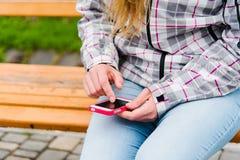Kvinna som använder den smarta telefonen Arkivfoton