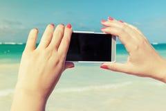 Kvinna som använder den smarta telefonen för att ta det utomhus- fotoet Arkivbilder