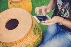 Kvinna som använder den smarta telefonen för mobil. Royaltyfri Foto