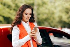 Kvinna som använder den Smartphone appen för att hyra en bil royaltyfria bilder