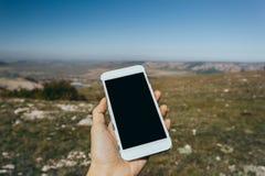 Kvinna som använder den utomhus- mobila smarta telefonen royaltyfri foto