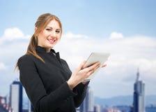 Kvinna som använder en digital tablet royaltyfri foto