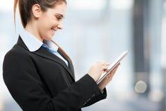 Kvinna som använder en digital tablet royaltyfri bild