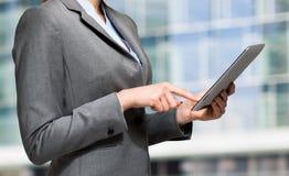 Kvinna som använder en digital tablet arkivbild