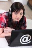 Kvinna som använder en hörlurar med mikrofon Royaltyfria Bilder