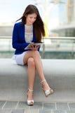 Kvinna som använder en minnestavla arkivfoton