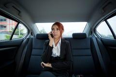 Kvinna som använder en smart telefon Arkivbilder
