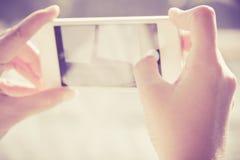 Kvinna som använder en smart telefon Arkivfoton