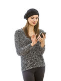 Kvinna som använder en smartphone Arkivfoto