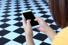 Kvinna som använder en smartphone med den tomma skärmen, begrepp för kommunikationsteknologi arkivfoton