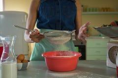 Kvinna som använder filtert i kök Royaltyfri Fotografi