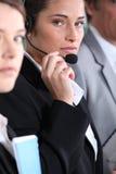 Kvinna som använder hörlurar med mikrofon Royaltyfri Bild
