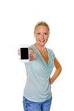 Kvinna som använder henne mobil telefon arkivfoton