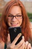 Kvinna som använder hennes smarta telefon royaltyfria bilder