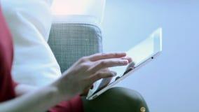 Kvinna som använder minnestavladatoren för att arbeta stock video