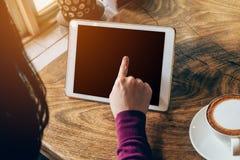 Kvinna som använder minnestavladatoren i coffee shop Royaltyfria Foton