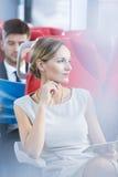 Kvinna som använder minnestavlan i spårvagn royaltyfria bilder