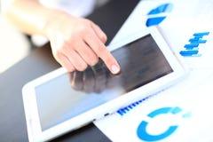 Kvinna som använder minnestavlaPC på vit bakgrund arkivfoton