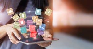 Kvinna som använder mobila minnestavlabetalningar för online-shopping royaltyfri bild