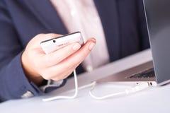 Kvinna som använder mobiltelefonen på arbete Arkivfoton