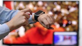 Kvinna som använder nära övre för smartwatch arkivfilmer