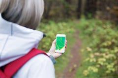 Kvinna som använder navigering app på smartphonen Royaltyfria Foton