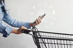 Kvinna som använder online-shopping för mobila betalningar och anslutning för symbolskundnätverk arkivbilder