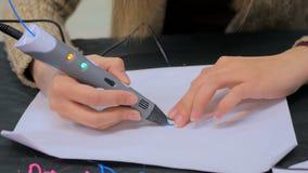 Kvinna som använder pennan för printing 3D Royaltyfria Bilder