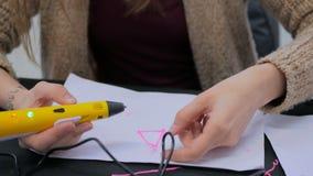 Kvinna som använder pennan för printing 3D Royaltyfri Foto
