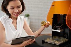 Kvinna som använder skrivaren 3D Arkivbilder
