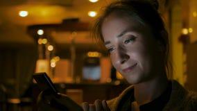 Kvinna som använder smartphonen i kafé royaltyfri foto
